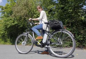 Besondere Vorsicht ist beim E-Bike-Radeln geboten. Foto: © epd-bild / Friedrich Stark
