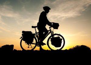 Schwerer zu lenken: Fahrrad mit Gepäch vorn. Foto: epd
