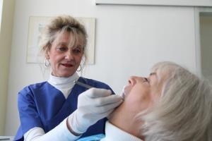 Der regelmäßige Gang zum Zahnarzt ist wichtig, doch auch andere Dinge spielen eine Rolle, wenn es um die optimale Zahnpflege für Pflegebedürftige geht. Foto: Juergen Blume / epd