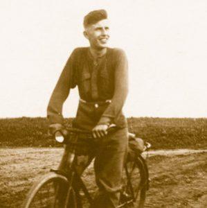 Mit dem Fahrrad an der Front: Dieter Peeters. Foto: Zeitgut-Verlag