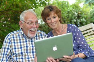 Ein Seniorenpaar surft am Laptop (Foto vom 20.06.2013)