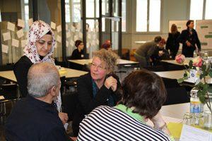 Die Projektleiterin Dr. Andrea Kronenthaler (rechts) bei der Abschlussveranstaltung für die Interviewpartner des Projekts. Um Verständigungsprobleme zu vermeiden, waren auch Übersetzer zugegen. Foto: Projekt CarEMi