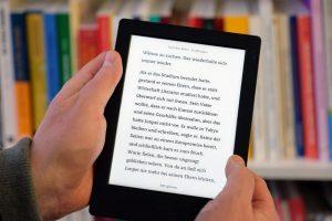Es darf auch aus dem E-Reader vorgelesen werden - Hauptsache Spaß dabei. Foto: epd