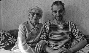Olaf Unverzart mit seiner Oma. Alle Abbildungen aus dem besprochenen Buch »Hundert«, erschienen im Verlag fountain books (128 Seiten, 30 €).