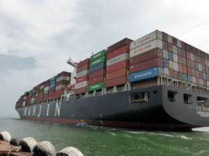 Investemnbts in Containerschiffe war einmal ein großer  Trend. Hier einige in Tipps, was einen seriösen Bankberater ausmacht. foto. epd