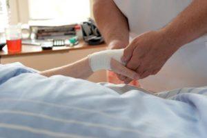 Wer bei verdacht auf einen Schlaganfall schnell in die Klinik kommt, hat meistens geringere Spätfolge. Foto: epd
