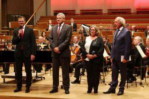Von links nach rechts: Detlef Schirm (HypoVereinsbank), Harry Bermüller (HypoVereinsbank), Petra Nossek-Bock (Magazin sechs+sechzig) und Horst Schmidbauer (Lebenshilfe Nürnberg).