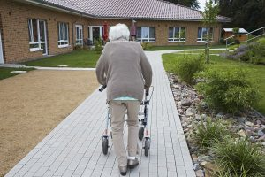 Welche Einrichtung am besten zu den Bedürfnissen des Pflegebedürtigen passt, kann man beim Pflegestützpunkt klären. Foto: epd