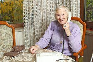 """Für einsame Menschen hat Anneliese Karl immer ein offenes Ohr. Die 96-Jährige bietet ehrenamtlich """"Erzählanrufe für Senioren"""" an. Foto: Mile Cindric"""