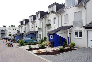 Neubausiedlung in Ratingen, Nordrhein-Westfalen. Wenn die Kinder später aus dem Haus sind, haben die Eltern viel Platz. Foto: epd