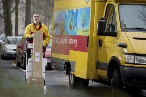 Viele Geschenke bringt mittlerweile der Paketbote und nicht mehr der Weihnachtsmann. Foto: epd