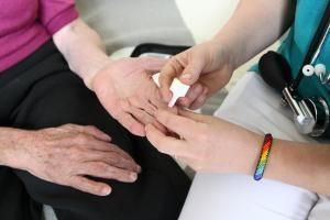 Vieles, was etwa Diabetiker täglich brauchen, kostet Geld. Rabatte sind da willkommen. Foto: epd / Juergen Blume