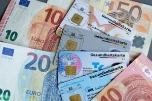 Manchmal gibt's Geld von der Krankenkasse zurück. Das darf das Finanzamt nicht mit einberechnen. Foto. epd / Norbert Neetz